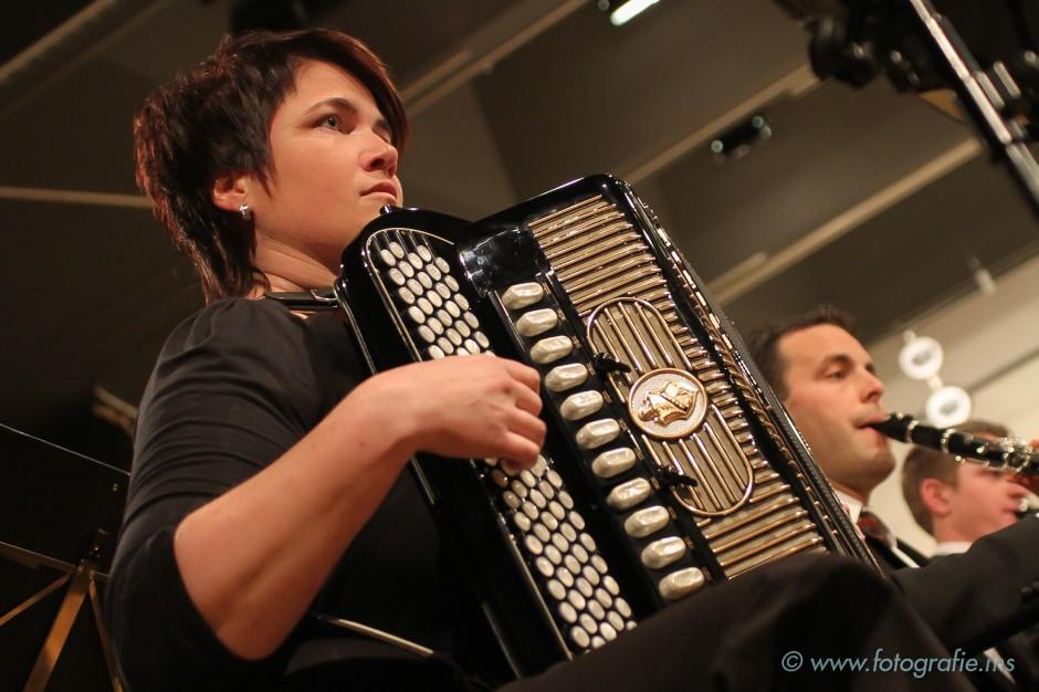 Das Blasorchester Feldmusik Neuenkirch einmal mit Akkordeon-Unterstützung durch Andrea Stocker