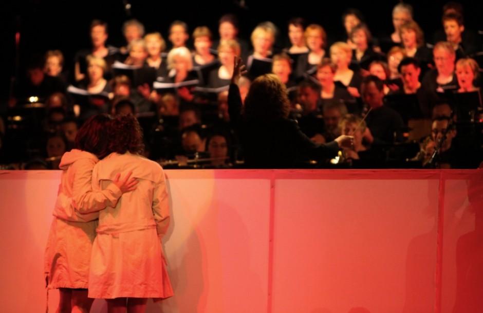 Orchester mit Chor und den beiden Solistinnen Dominique Lüthi und Brigitte Jost