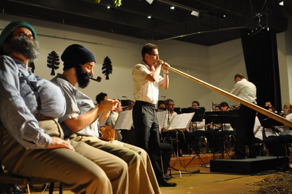 Talente in den eigenen Reihen - Fabian Amstutz gibt sein Alphorn-Solo zum Besten (Bild: Eva Burri)
