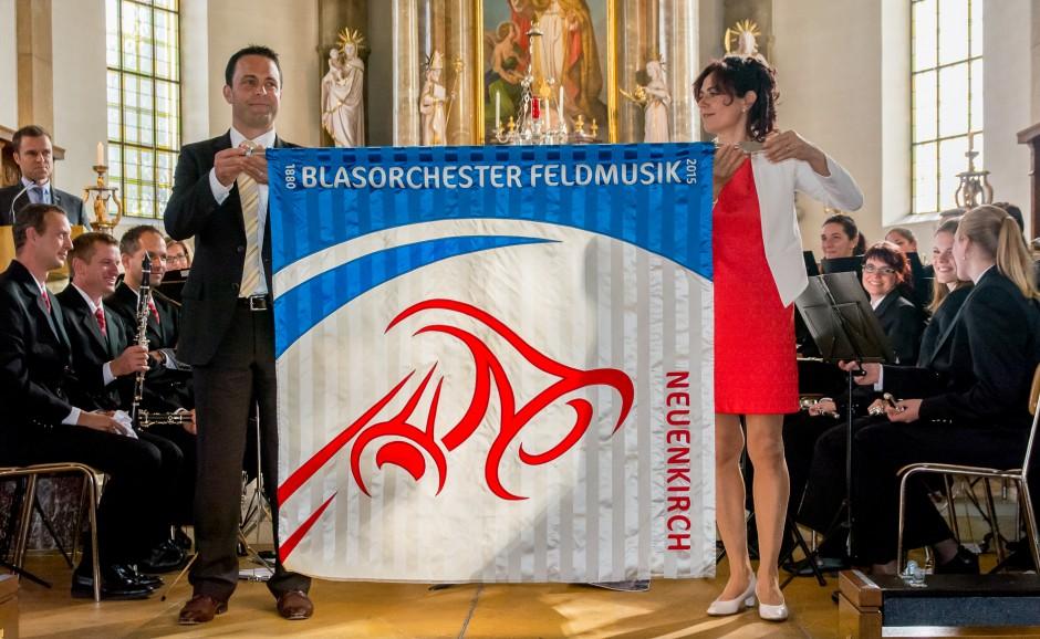 Präsentation der neuen Fahne durch die Fahnenpaten Adrian Baumann und Brigitte Lussi Helfenstein