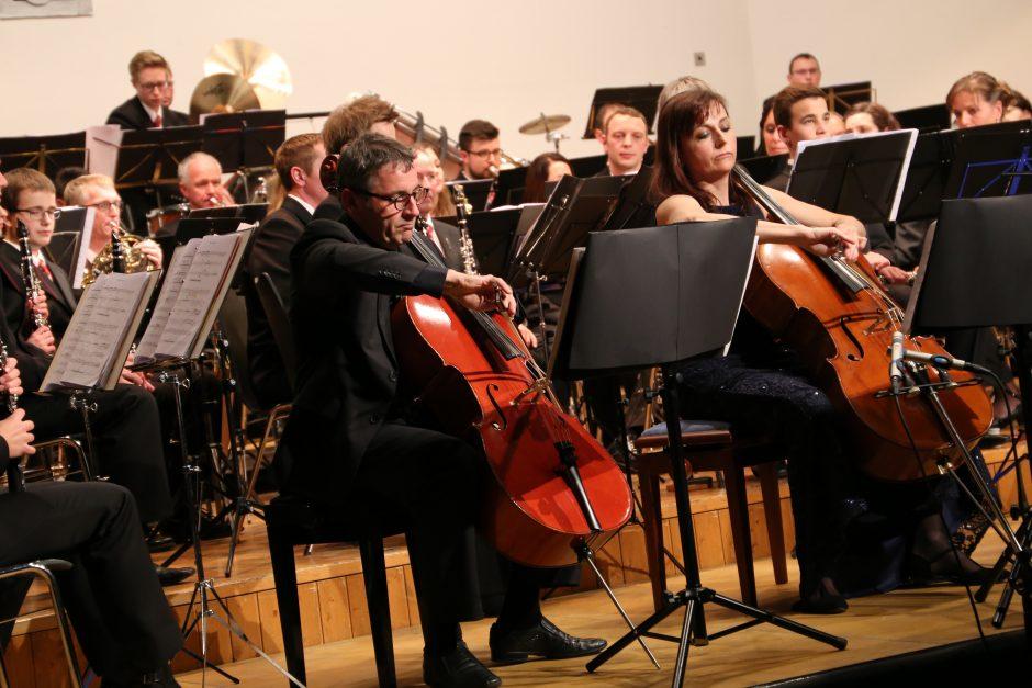 Solisten Anne-Christine Vandewalle und Stefano Zoller mit dem Blasorchester Feldmusik Neuenkirch bei der Aufführung von Mario Bürkis 'Chroma'