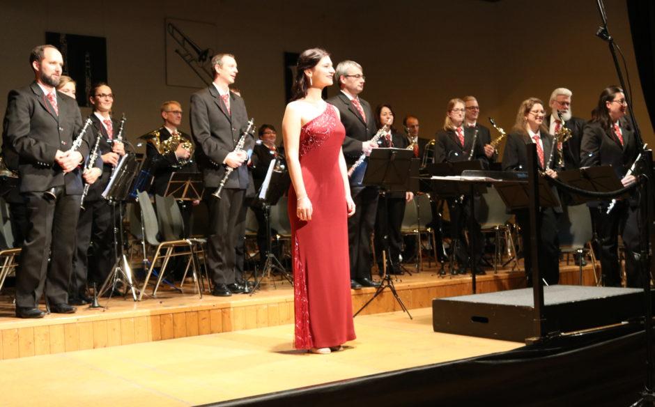 Solistin Raphaela Felder und das Blasorchester Feldmusik Neuenkirch unter der Leitung von Roger Meier (Foto: Sempacher Woche)