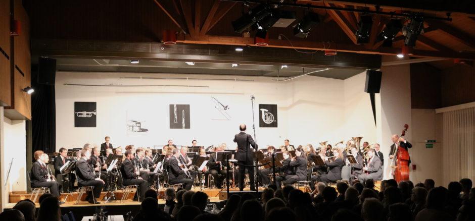 Blasorchester Feldmusik Neuenkirch unter der Leitung von Roger Meier (Foto: Sempacher Woche)