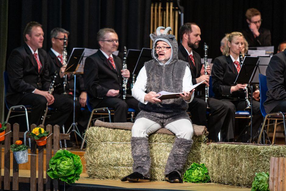 Erzähler Josef Seeberger führte als Ziege durch das Konzert (Foto: Roman Beer)